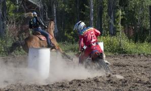 El particular desafío en suelo chileno que enfrentó a jinetes a caballo y en moto